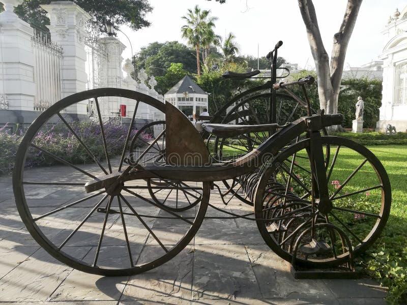 Gammalmodig bicycleoldcykel av väl bevarat järn royaltyfri bild