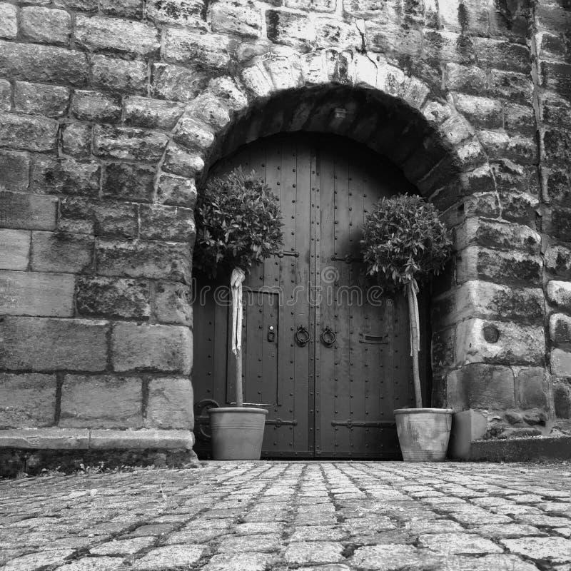Gammalmodig dörröppning arkivbild