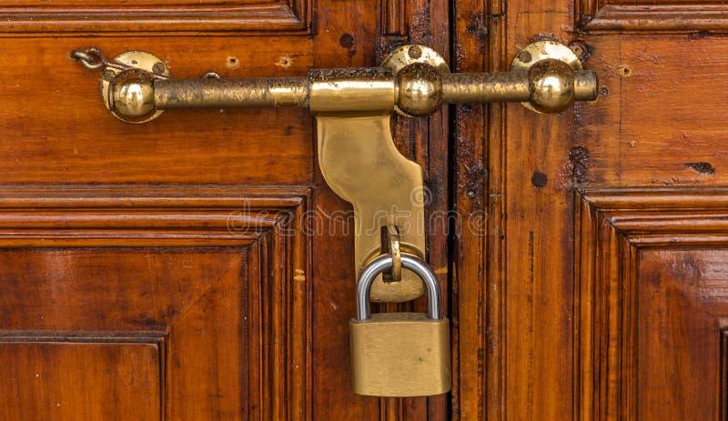 Gammalmodig dörr för låsbult royaltyfri bild