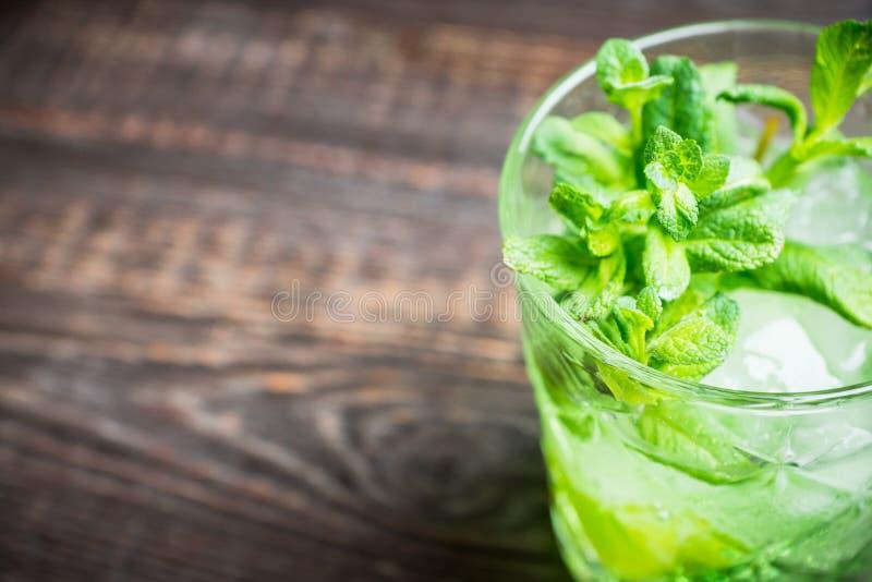 Gammalmodig dryck f?r sommar med melonlik?r- och mintkaramellsidor arkivbilder