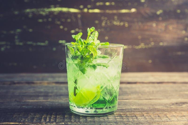 Gammalmodig dryck f?r sommar med melonlik?r- och mintkaramellsidor arkivbild