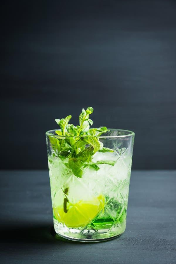 Gammalmodig dryck f?r sommar med melonlik?r- och mintkaramellsidor fotografering för bildbyråer