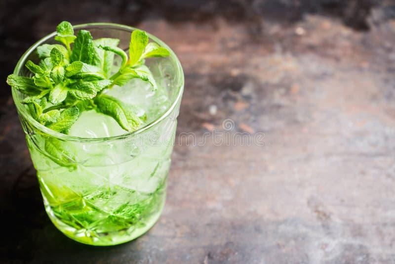 Gammalmodig dryck f?r sommar med melonlik?r- och mintkaramellsidor royaltyfria foton