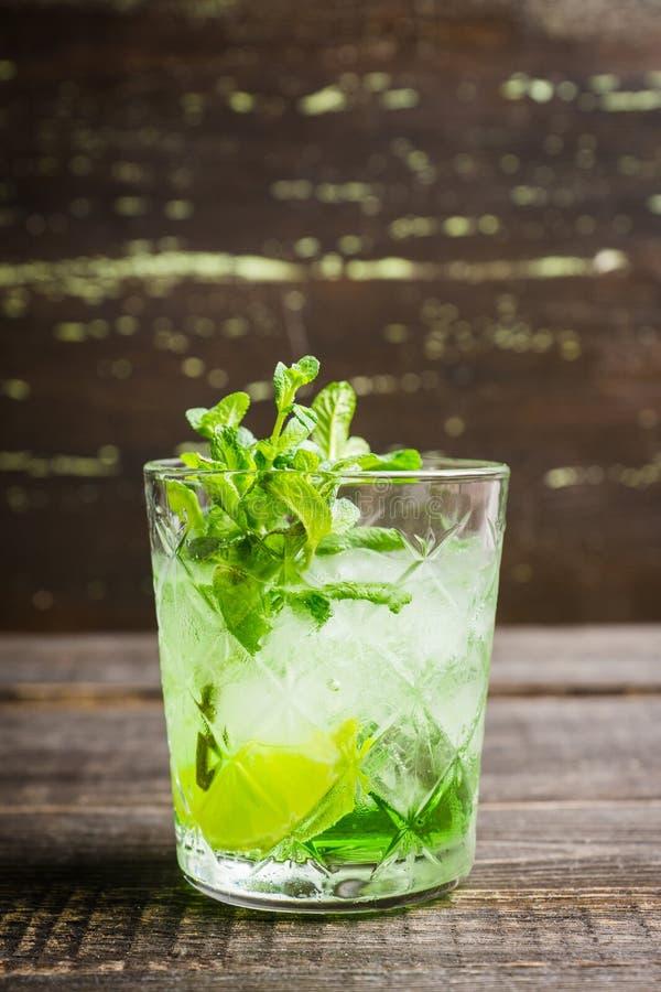 Gammalmodig dryck f?r sommar med melonlik?r- och mintkaramellsidor royaltyfria bilder