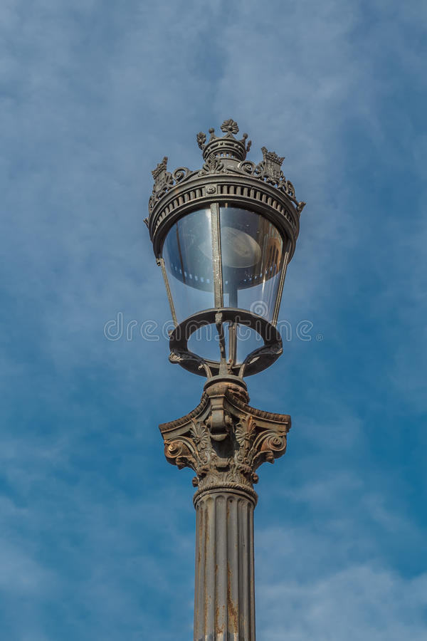 Gammalmodig gatalampa mot himlen royaltyfri bild