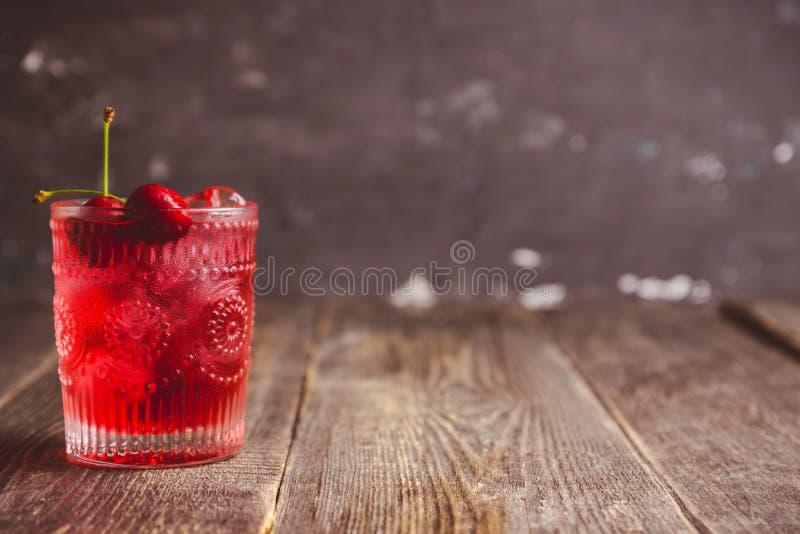 Gammalmodig körsbärsröd coctail fotografering för bildbyråer