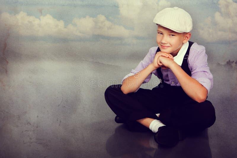 Gammalmodig pojke som ser till kameran arkivfoto