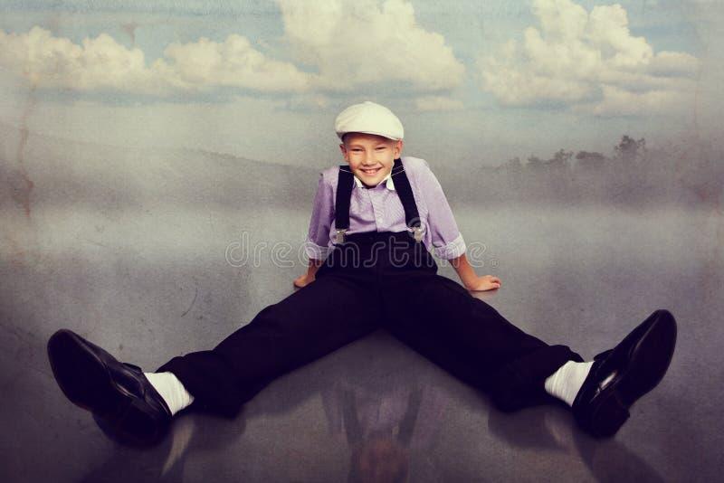 Gammalmodig pojke som ser till kameran royaltyfria foton