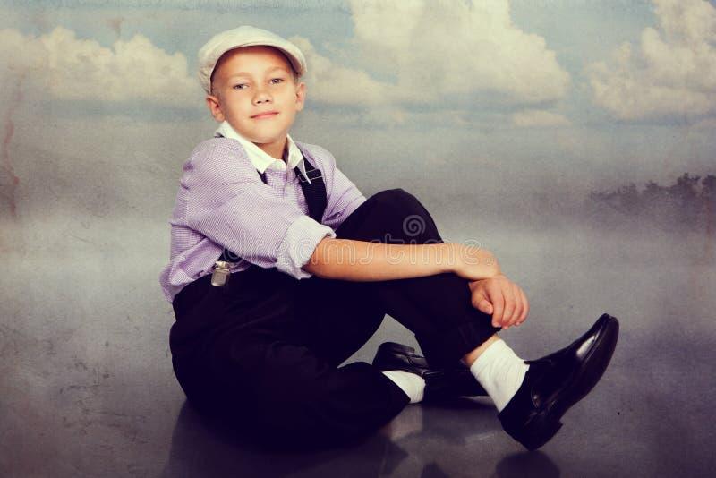 Gammalmodig pojke som ser till kameran royaltyfri bild