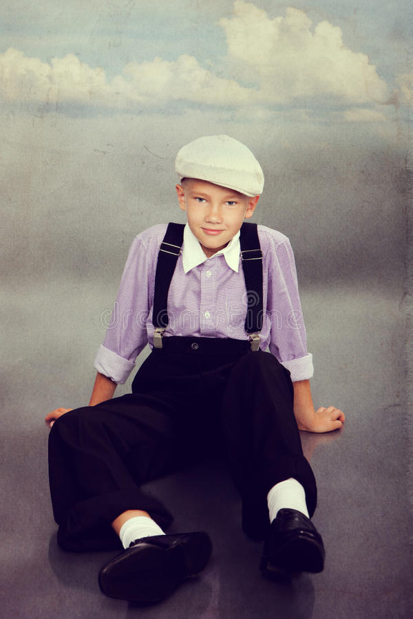 Gammalmodig pojke som ser till kameran royaltyfri foto