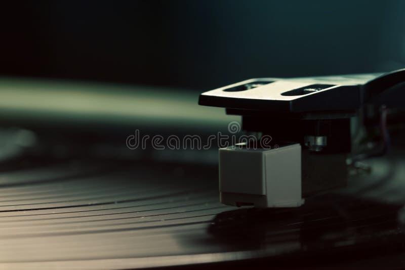 Gammalmodig skivtallrik som spelar ett spår arkivbild