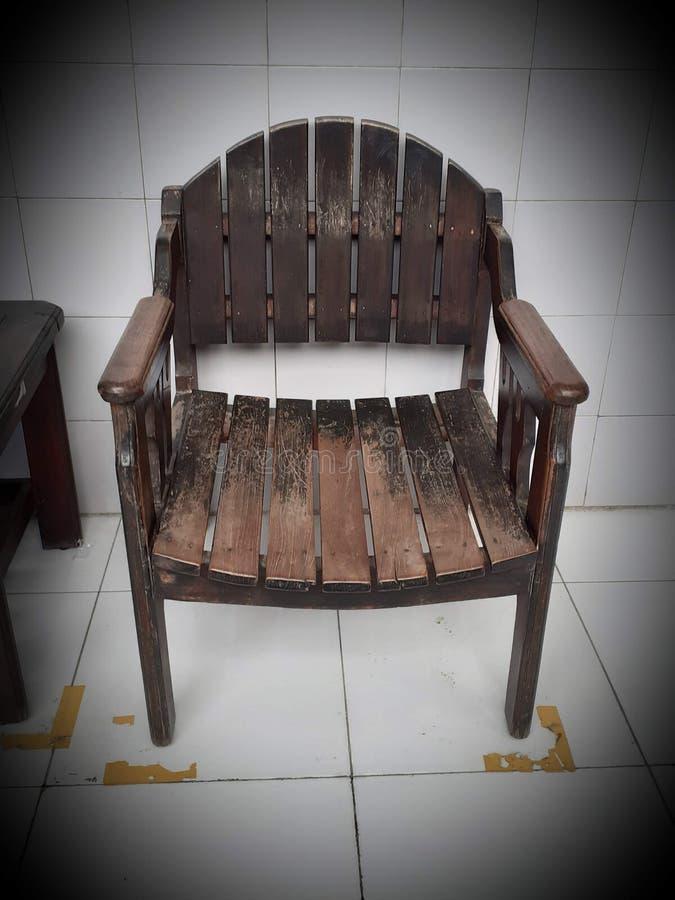 Gammalmodig stol som ridas ut med mörk brun färg royaltyfria foton