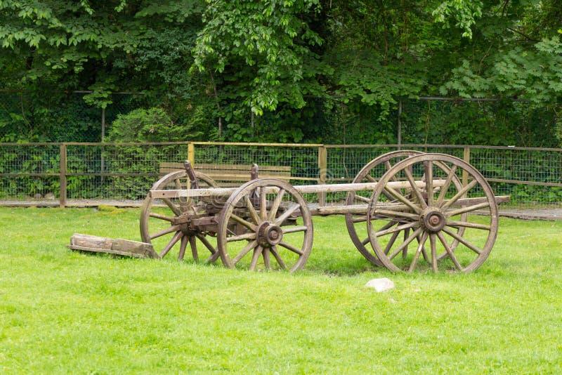 Gammalmodig vagn som lämnas i ett öppet fält royaltyfria foton
