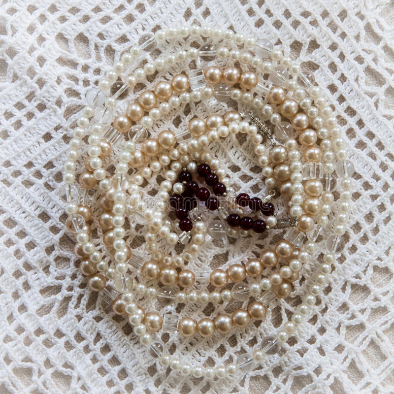 Gammalmodig virkningdoily med prydde med pärlor halsband som överst förläggas arkivbild