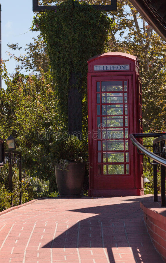 Gammalmodigt antikt klassiskt rött telefonbås arkivfoton