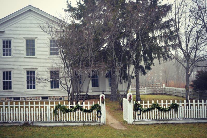 Gammalmodigt hus med det vita posteringstaketet arkivfoto