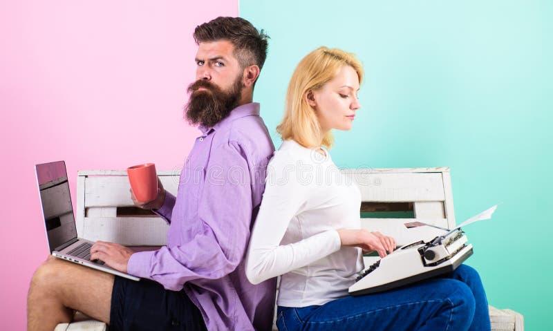 Gammalmodigt mot modernt, omodernt mot nytt Fungerar den moderna stilfulla bärbara datorn och kvinnan för manarbetsbruk den retro arkivbild