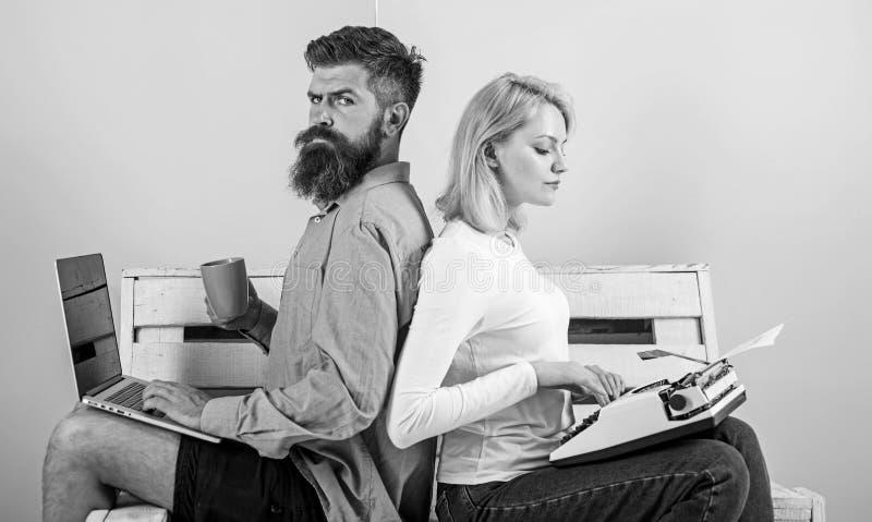 Gammalmodigt mot modernt, omodernt mot nytt Fungerar den moderna stilfulla bärbara datorn och kvinnan för manarbetsbruk den retro arkivfoton