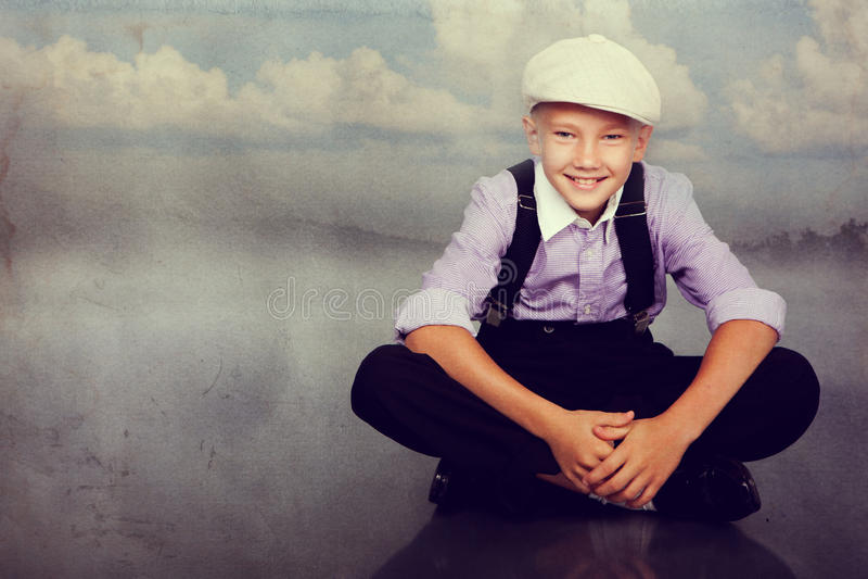 Gammalmodigt pojkesammanträde Foto i retro stil royaltyfria foton