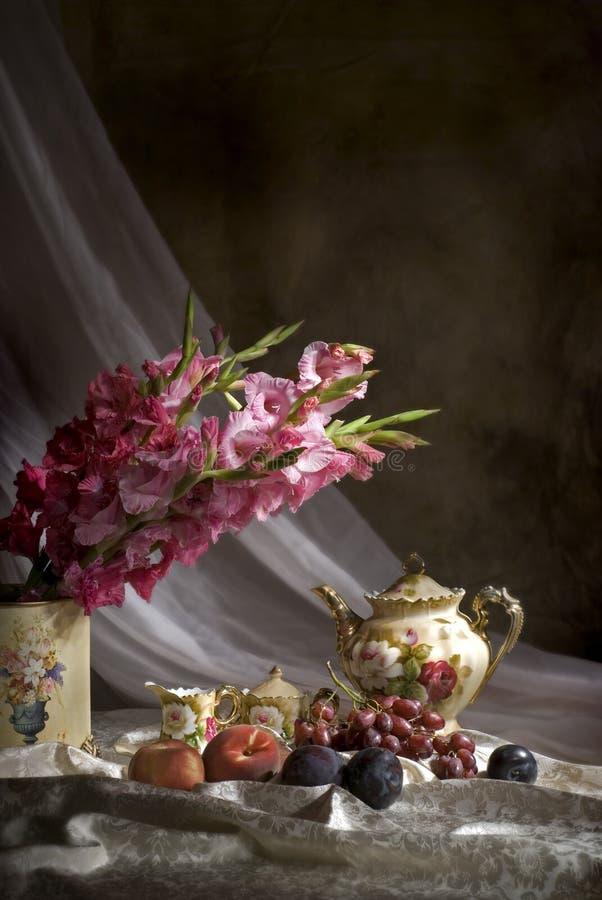 Gammalmodigt stilleben med frukt och blommor royaltyfri fotografi
