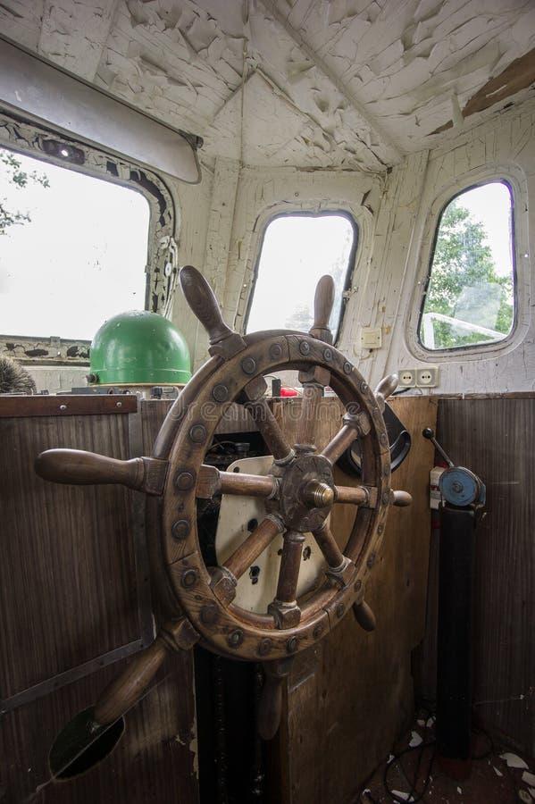 Gammalt övergett fartyg, styrninghjul från mässing och trä Skepproder Segelbåtroder fotografering för bildbyråer