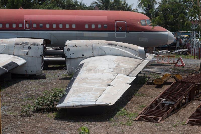 Gammalt övergett flygplan i Chiang Mai, Thailand royaltyfria foton