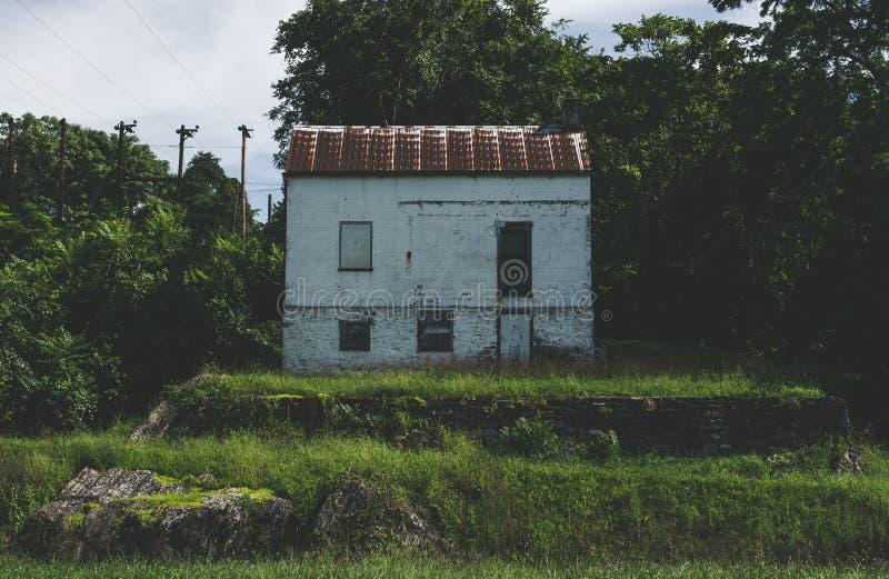 Gammalt övergett hus på C&O-kanalen royaltyfria foton