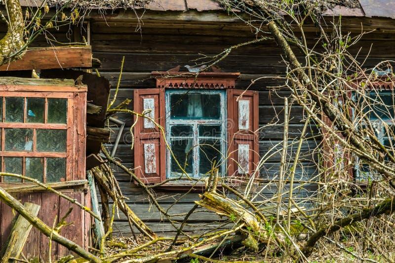 Gammalt övergett landshus i uteslutandezonen Följder av den Tjernobyl nukleära katastrofen royaltyfria foton