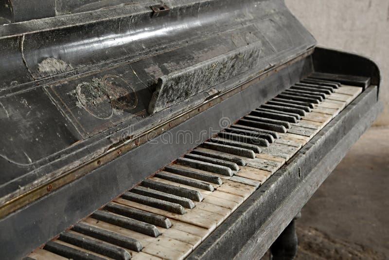 Gammalt övergett piano royaltyfria bilder