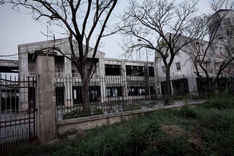 Gammalt övergett spökat hus, allhelgonaaftonbegrepp royaltyfri foto