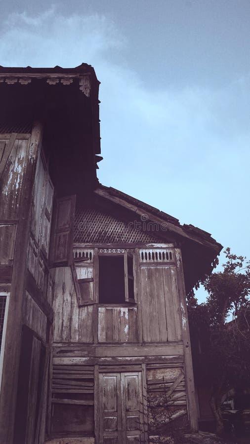 Gammalt övergett traditionellt malay hus i Kuala Kangsar royaltyfri fotografi