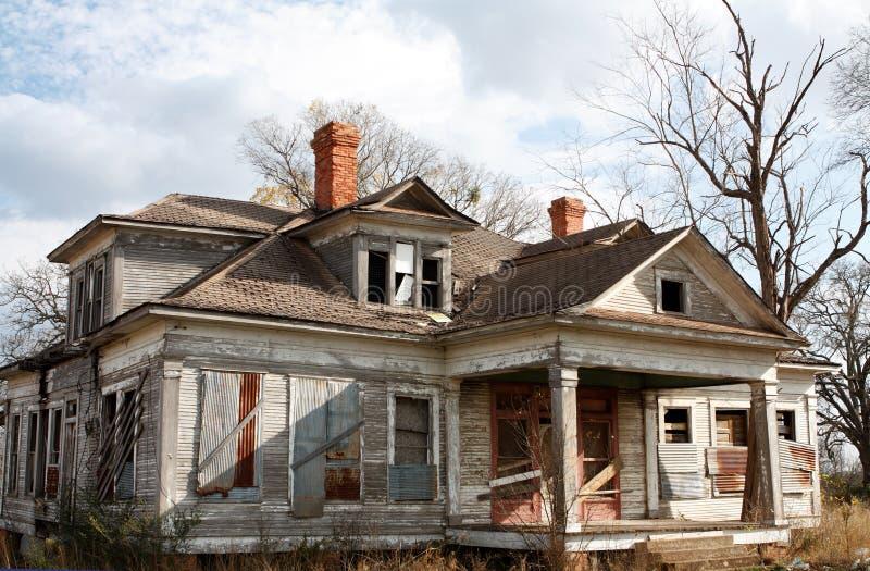 gammalt övergivet hus arkivbild