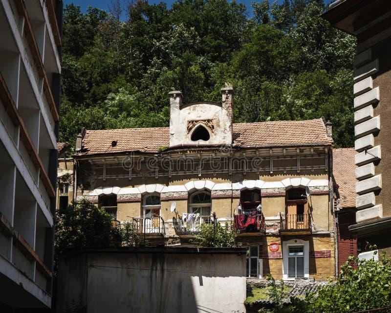 Gammalt övergivet hus i Rumänien royaltyfri foto