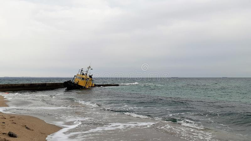 Gammalt översvämmat bogseraskepp skeppsbrott Sjunket bogseraskepp Odessa Ukraine royaltyfri fotografi