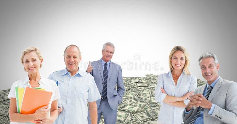 Gammalt affärsfolk framme av pengardollar arkivfoton