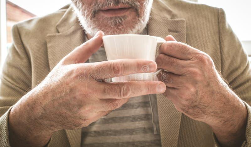 Gammalt affärsmanbehov ett kaffeavbrott close upp arkivfoto