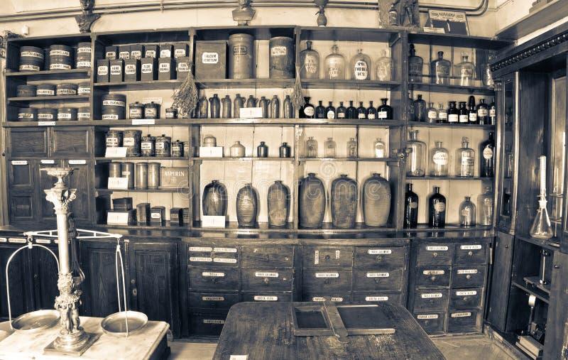 gammalt apotek fotografering för bildbyråer
