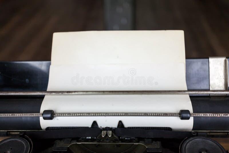 Gammalt ark av papper i tappningskrivmaskin royaltyfria foton