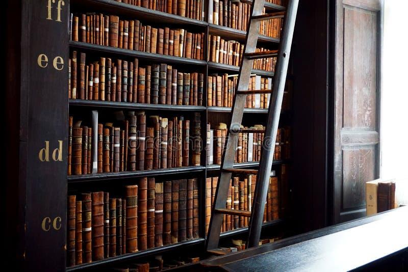 Gammalt arkiv Bookstacks arkivfoto
