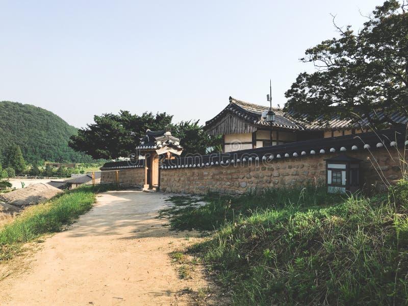 Gammalt asiatiskt hus i den traditionella koreanska byn arkivbild