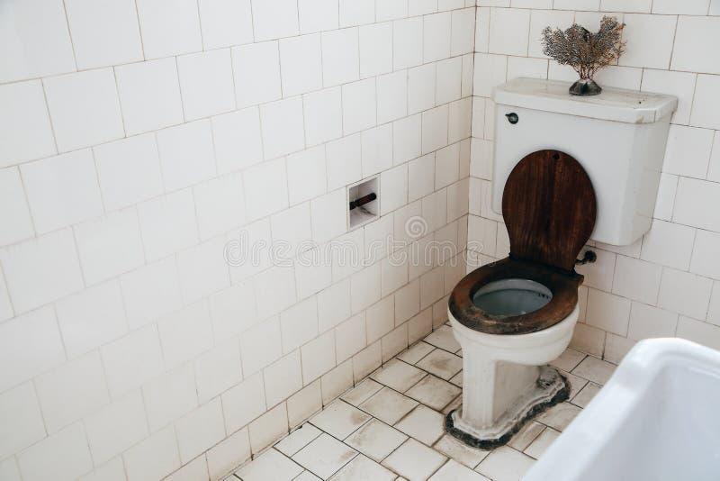 Gammalt badrum på huset för Bangkokian museumfolk i Bangkok, Thailand royaltyfri bild