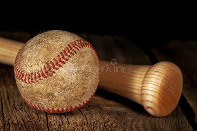 Gammalt baseball och slagträ arkivfoto