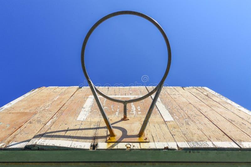 Gammalt basketbeslag med en bakgrund av blåa himlar gammal m?lbr?dabasket Utrustning f?r utomhus- sport arkivfoton