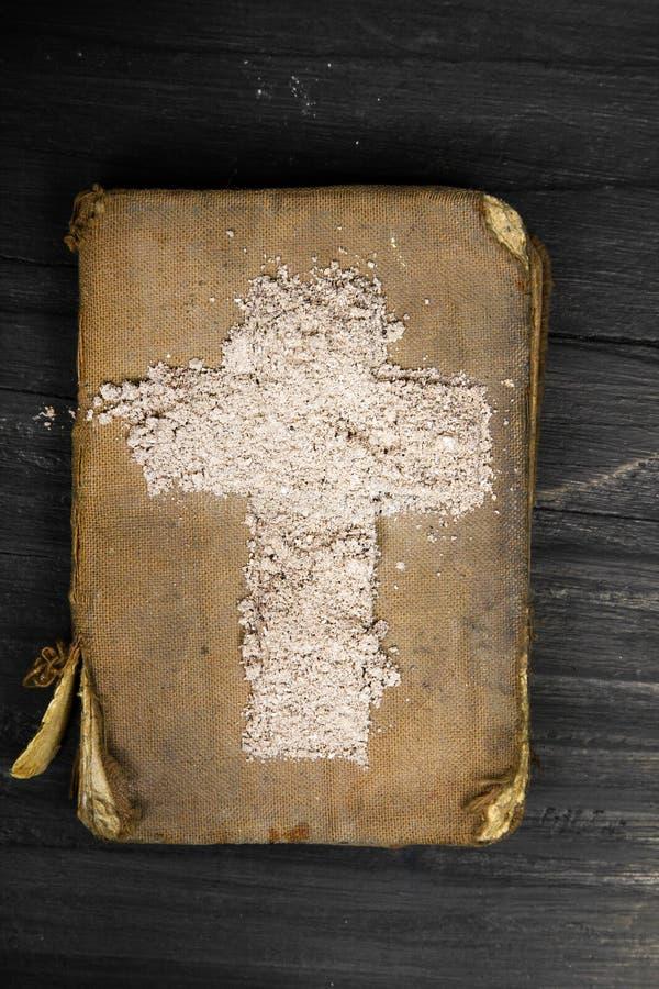 Gammalt bibel och kors av askaen - symboler av Ash Wednesday arkivbild