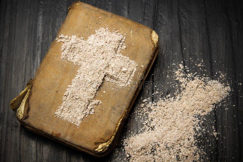 Gammalt bibel och kors av askaen - symboler av Ash Wednesday arkivfoton