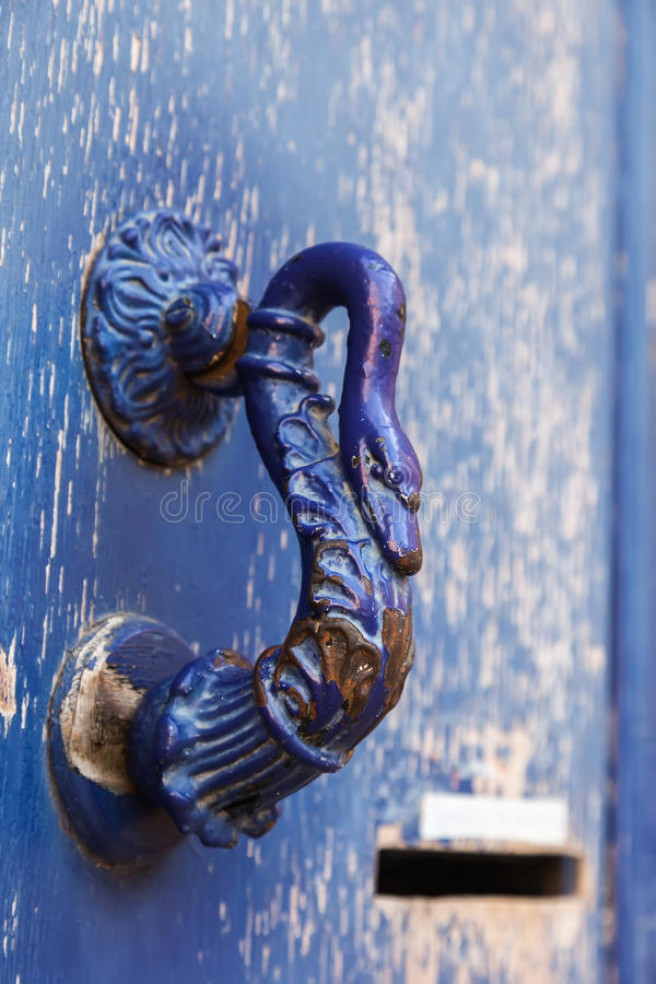 Gammalt blått dörrhandtag arkivbilder