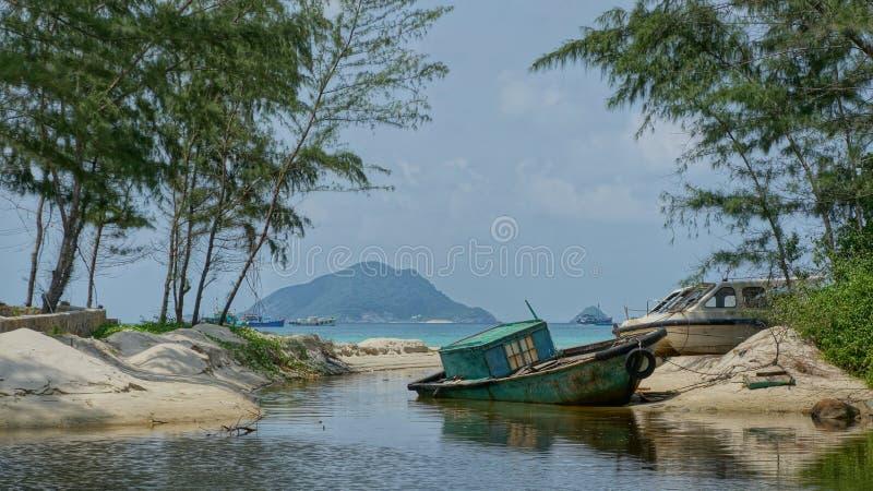 Gammalt blått fartyg i den tropiska lagun royaltyfri bild
