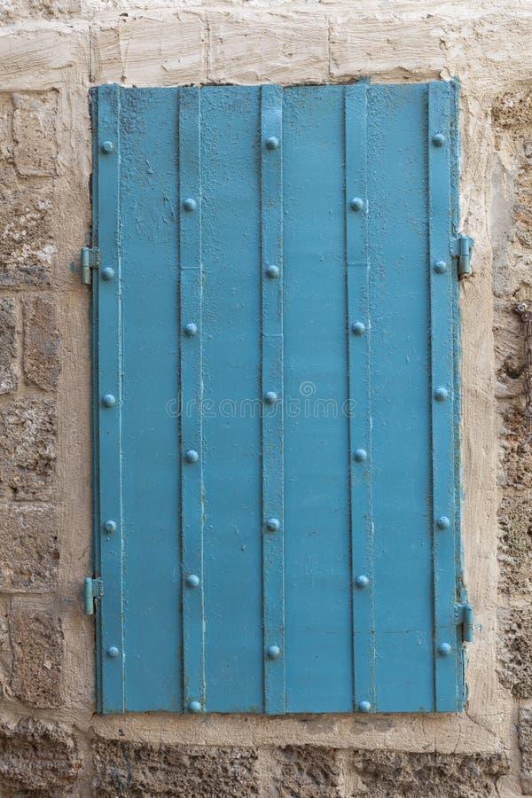 Gammalt blåttfönster arkivfoton