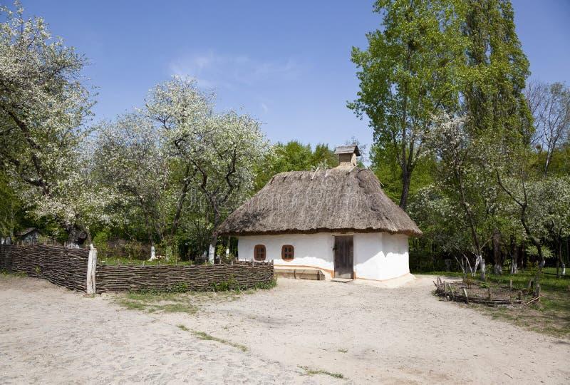Gammalt bondaktigt hus i museet av folk arkitektur och liv i Pirogovo, Kiev, arkivbilder