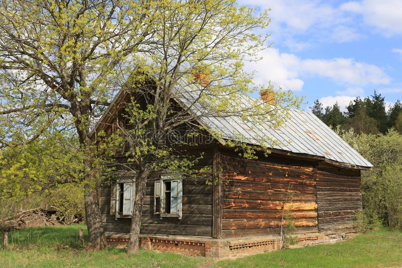 Gammalt borttappat lantligt hus arkivfoto